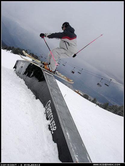 Rail dans un snowpark en ski freestyle