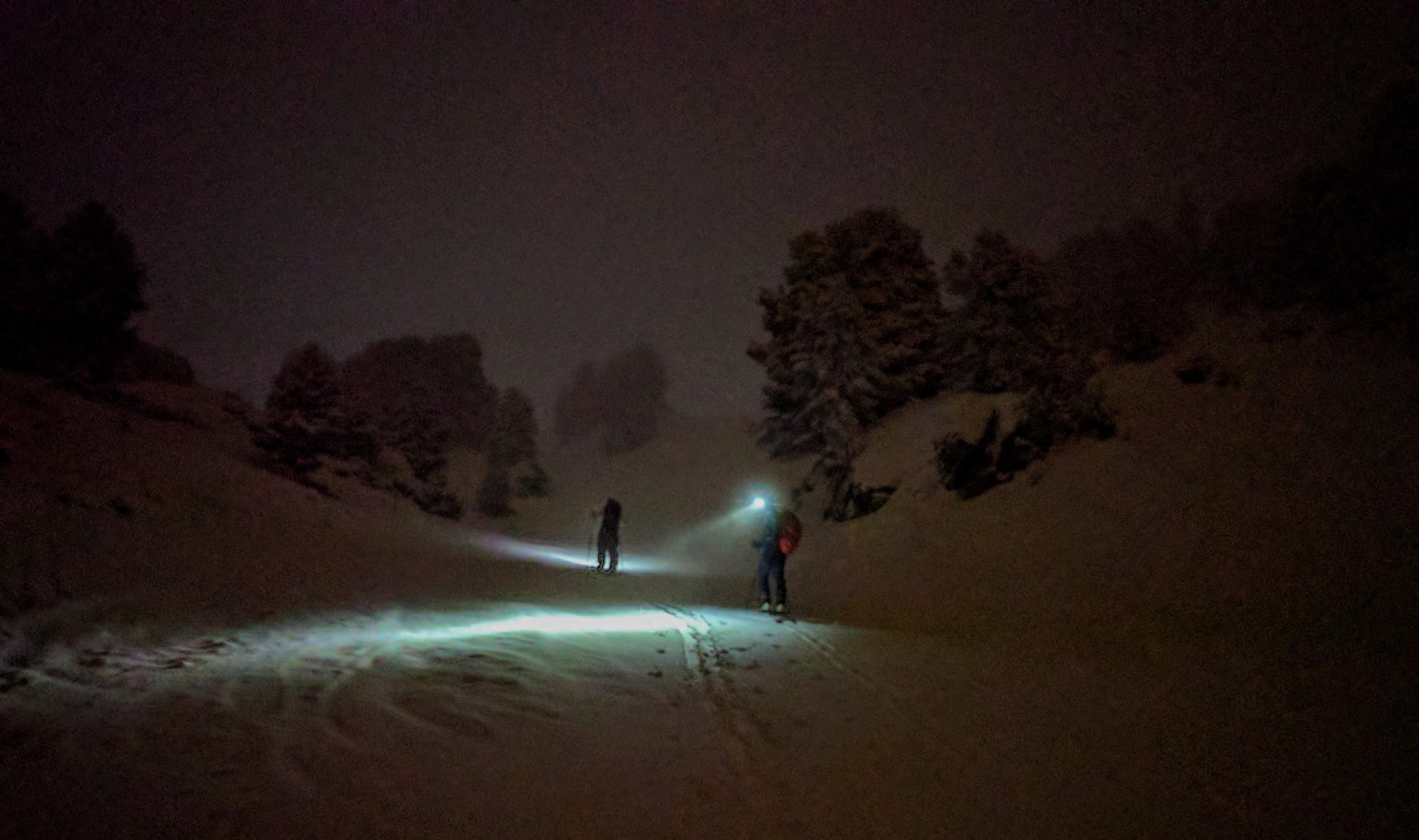 randonneurs montant dans la nuit dans la montagne