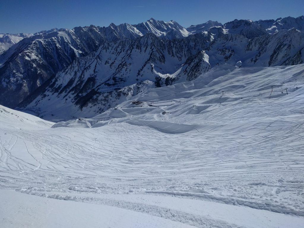Vue sur des traces de ski hors-piste à Cauterets dans les Pyrénées