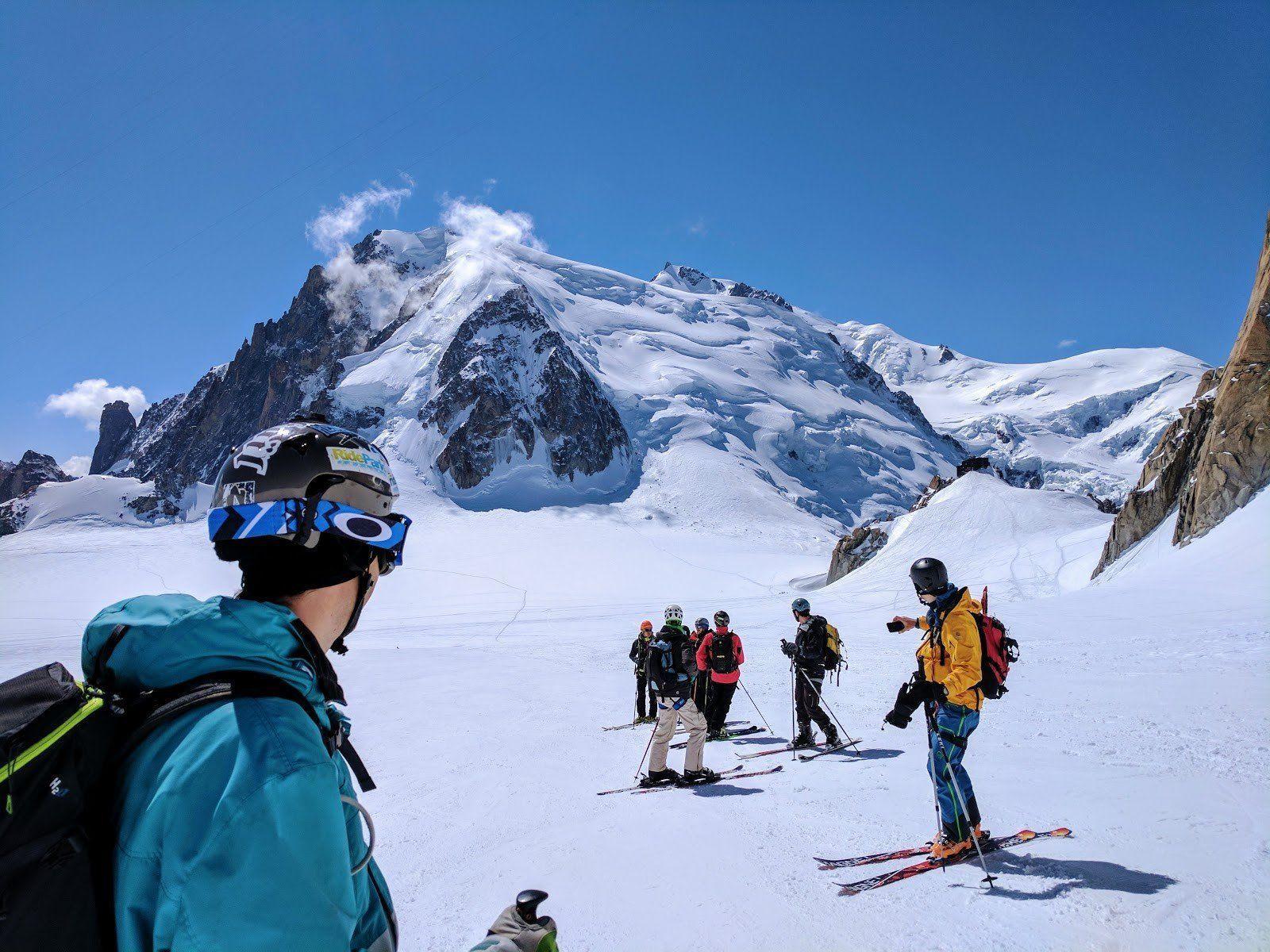 Mont Blanc, skieurs et guide sur le glacier. Vallée Blanche