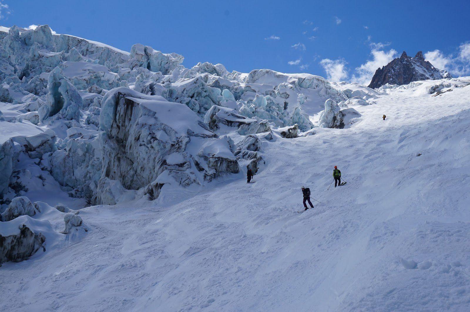 Le passage à ski à proximité des séracs, la seule difficulté de la descente