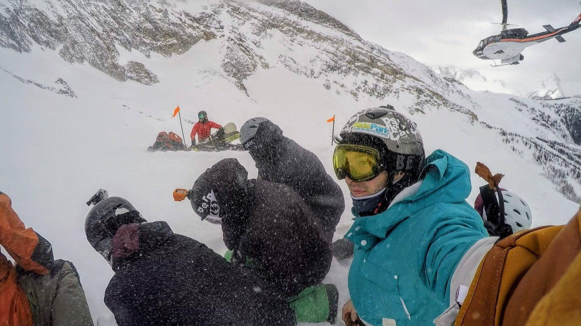 Heliski : l'hélicoptère vient de déposer les skieurs au sommet de la descente !