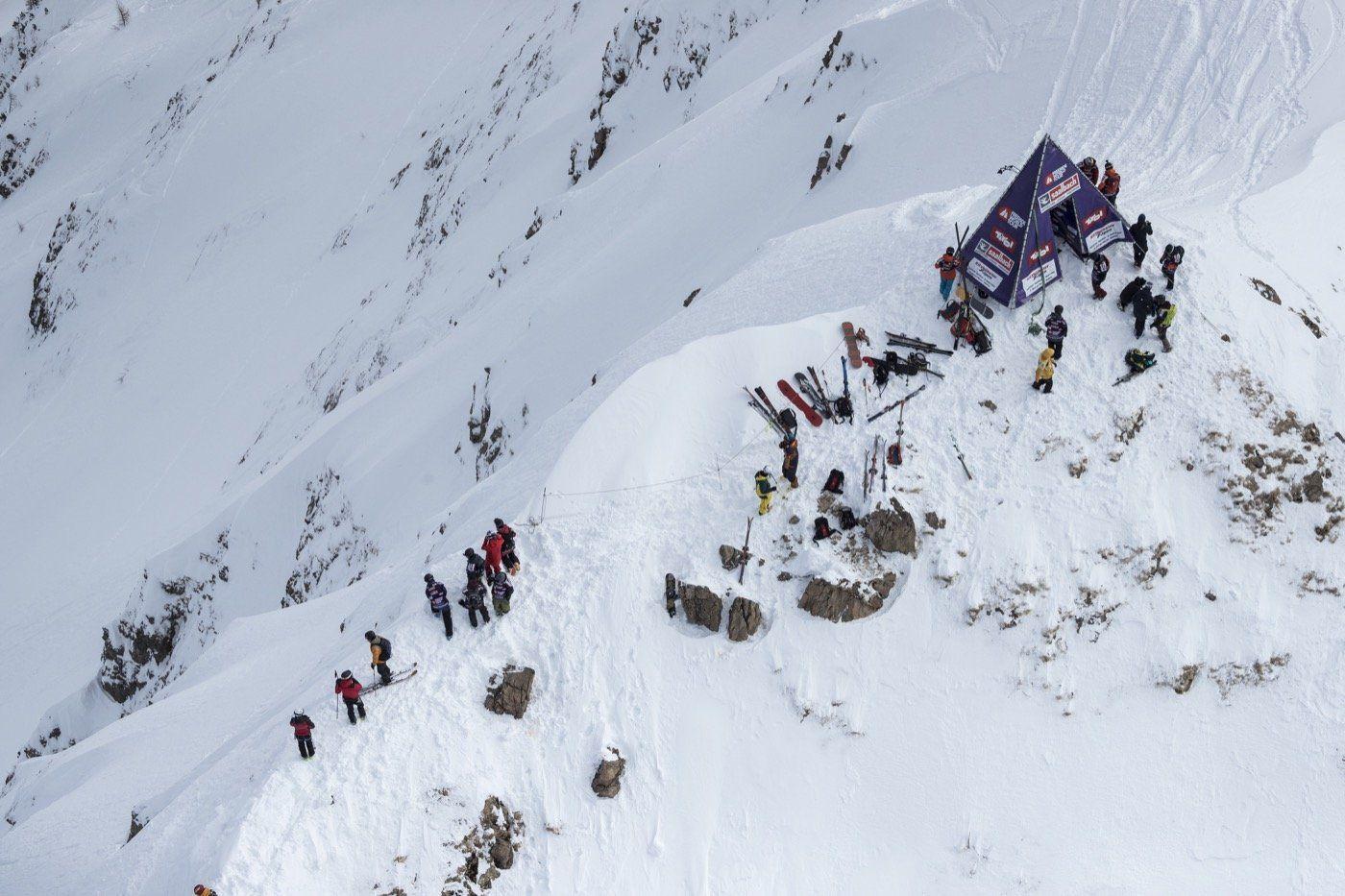 porte de départ d'une compétition de ski freeride