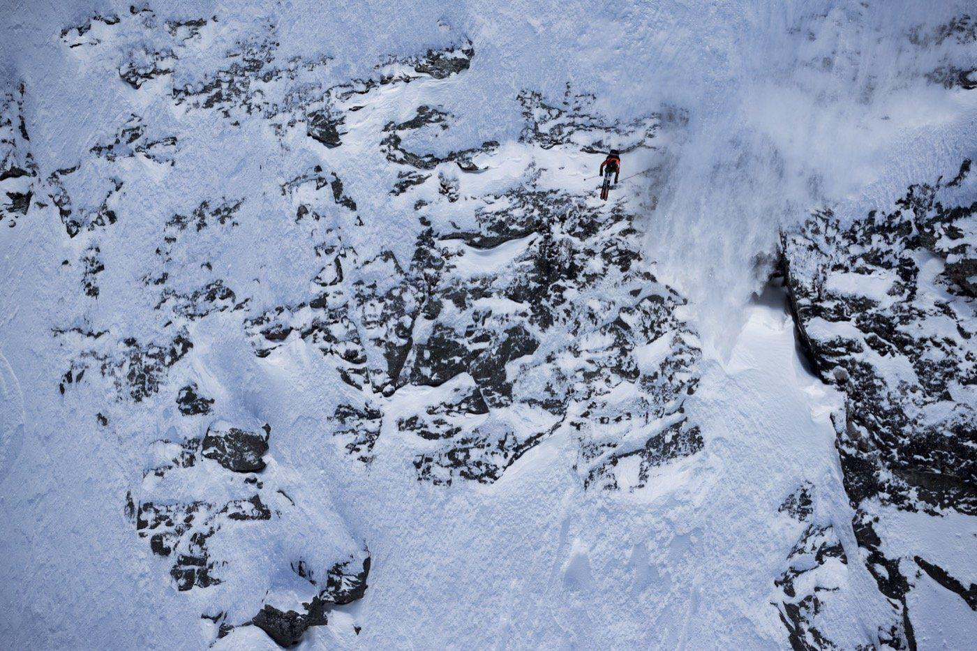 Saut de barre rocheuse pendant le freeride world tour.