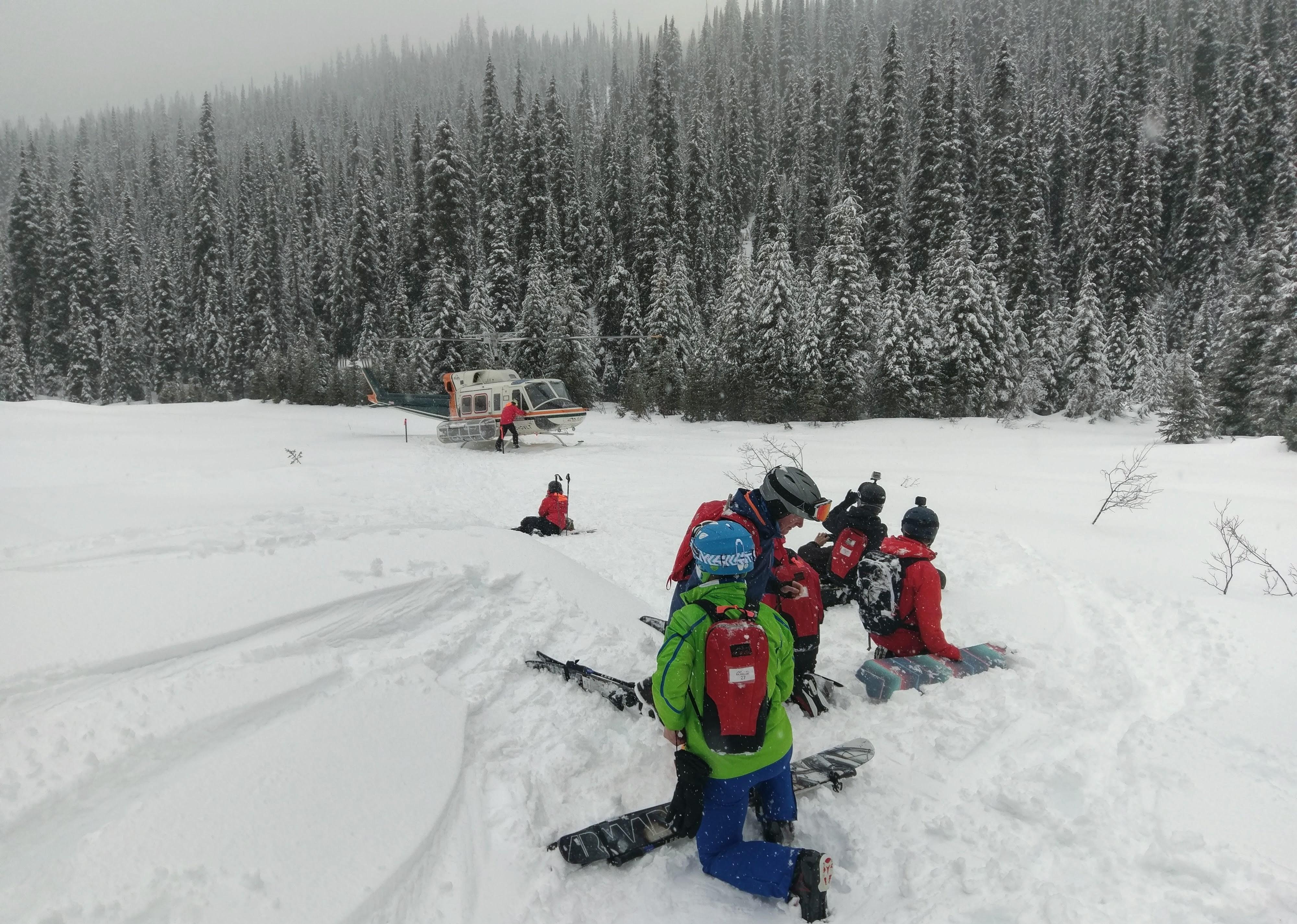 Skieurs qui attendent pour embarquer dans l'hélicoptère pour aller skier !