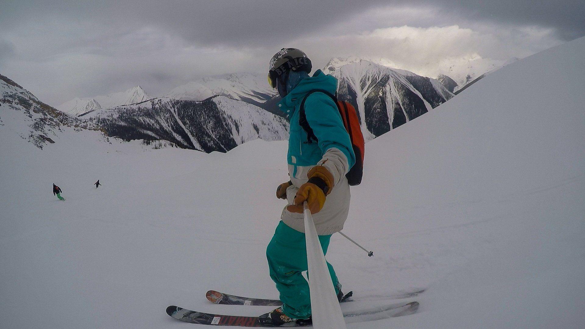 Descente à ski dans les rocheuses