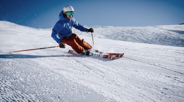 skieur alpin sur une piste
