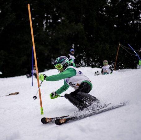 skieur faisant du slalom