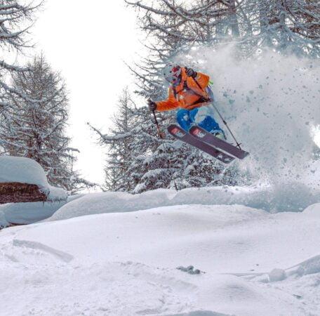 skieur freeride sautant dans la neige poudreuse