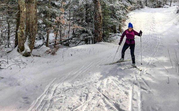 skieur de skating en montée