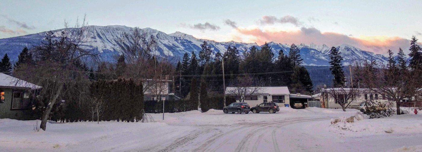 montagnes enneigées de kicking horse vues depuis la vallée et le village de Kicking Horse.