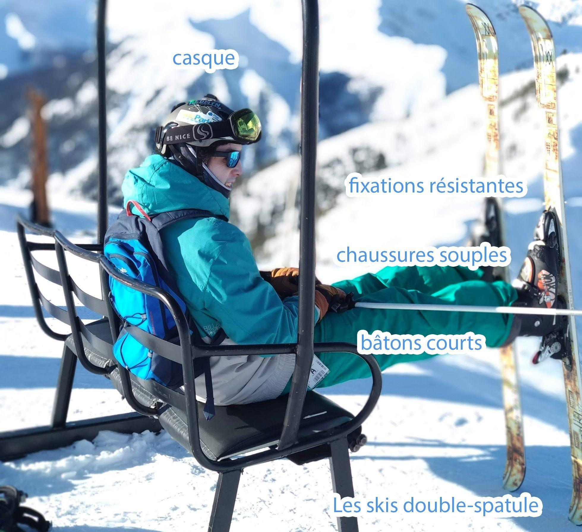 skieur assi avec un équipement complet de ski freestyle