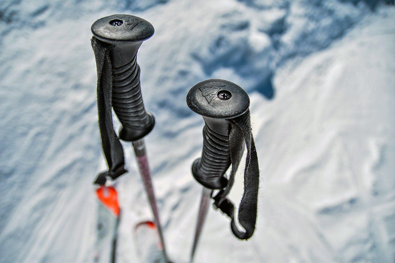 batons de skis et vue sur les poignées et les dragonnes