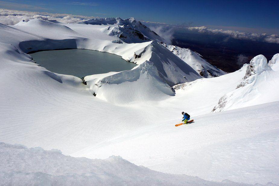 Un volcan, un skieur, la Nouvelle-Zélande